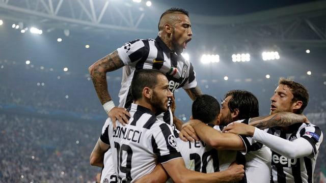 Giugaders da Juventus Turin vid celebrar in gol.