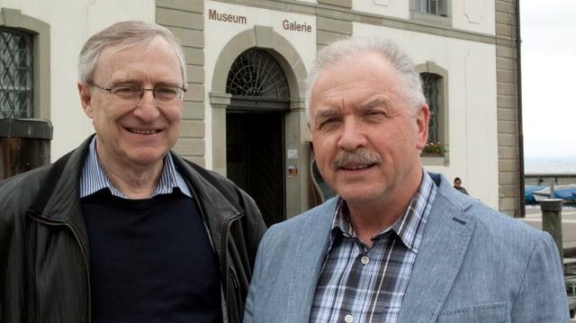 Zwei Männer in karierten Hemden stehen vor dem Museum im Kornhaus in Rorschach.
