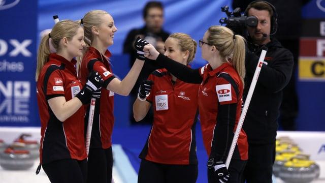 Marisa Winkelhausen, Nadine Lehmann, Nicole Schwägli und Skip Alina Pätz stehen beieinander und bejubeln einen Sieg an der WM in Sapporo.