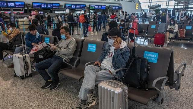 Passagiere in der Wartehalle des Flughafens in Wuhan