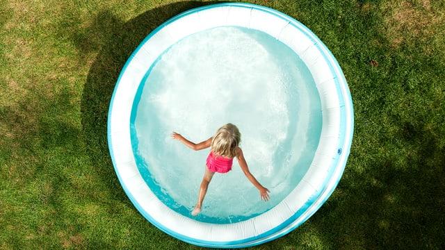 Ein kleines Kind springt ins Wasser