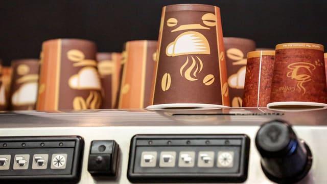 Kaffeebecher auf einer Kaffeemaschine