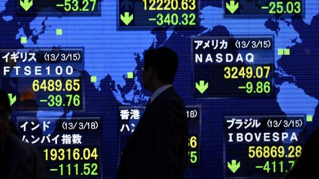 Ein Mann schaut auf die Börsenkurse
