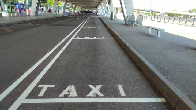 Keine Fluggäste, keine Taxis vor dem Euroairport.