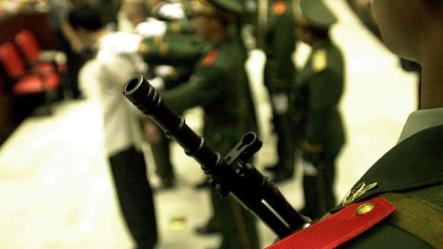 Verurteilter Todeskandidat mit Bewachern in China.