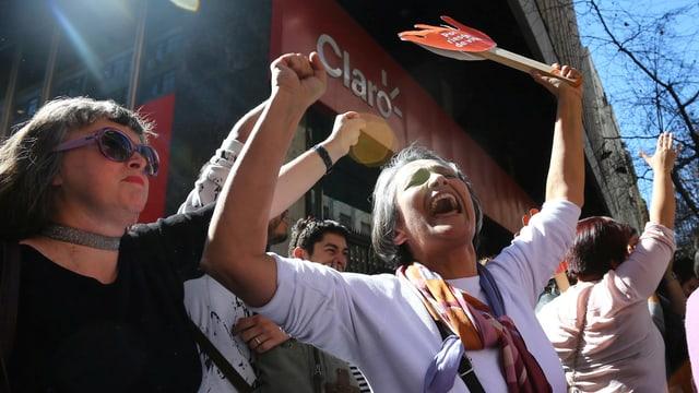 Zwei Frauen bejubeln an einer Demonstration den Entscheid des Verfassungsgerichts