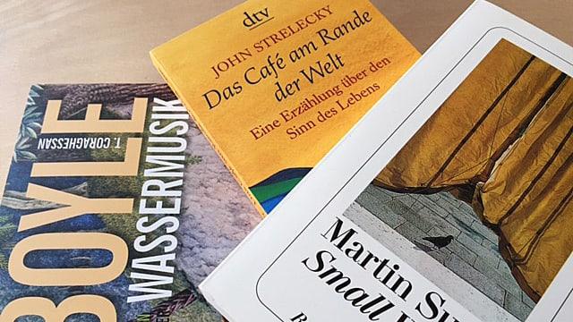 Drei Bücher auf einem Haufen.