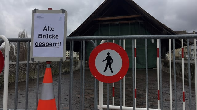 Absperrung vor Holzbrücke. Schild mit Aufschrift Alte Brücke gesperrt.