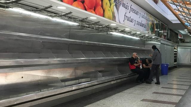 Leer so weit das Auge reicht: die Obst- und Gemüseregale in den Supermärkten dienen als Sitzbänke.