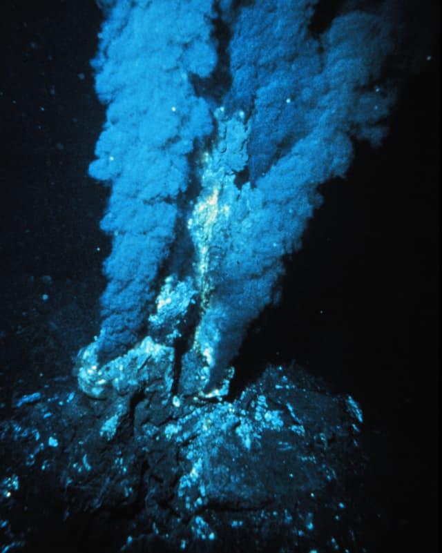 Ein sogenannter «Schwarzer Raucher» am Grund des Meeres.