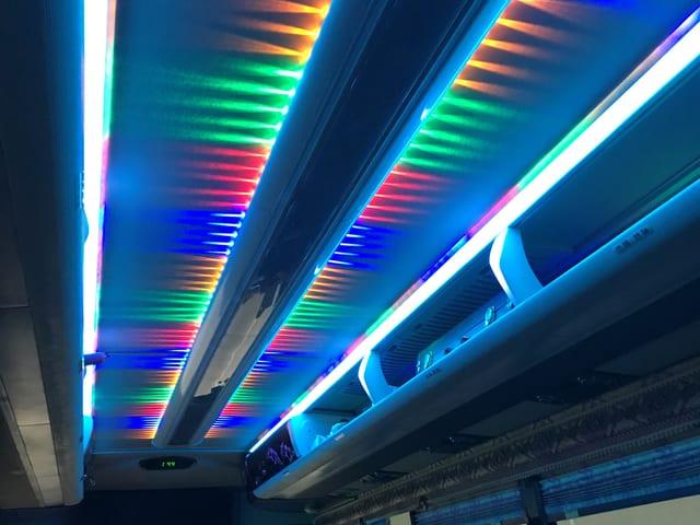 Farbige Lichter säumen die Busdecke.