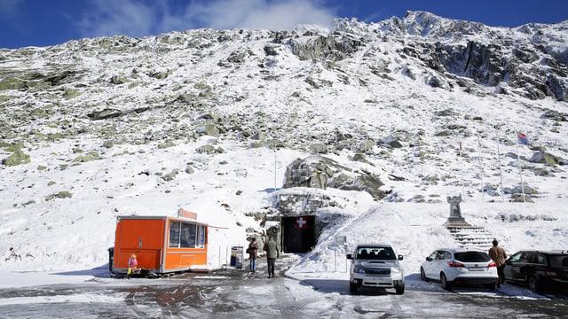 Schneebedeckter Berg mit Höhleneingang.