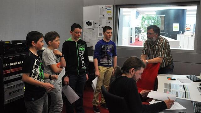 Uffants e lur scolast en il studio dal Radio Rumantsch.