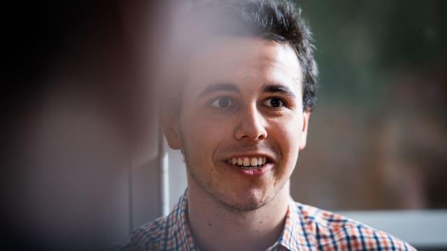 Junger Mann mit lachendem Gesicht