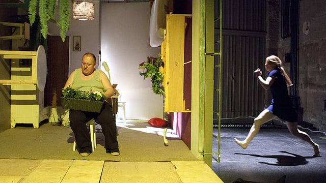 Ein übergewichtiger Mann sitzt auf einem Stuhl, rechts daneben rennt eine junge Frau auf ihn zu.