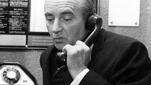 Schwarz-Weiss-Fotografie mit dem Schauspieler, der telefoniert.