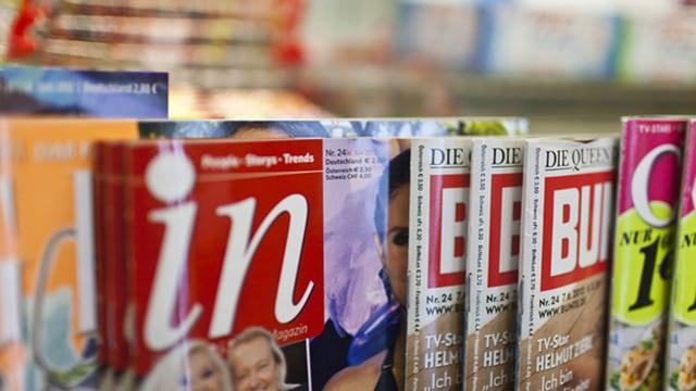 verschiedene Zeitschriften in einem Regal