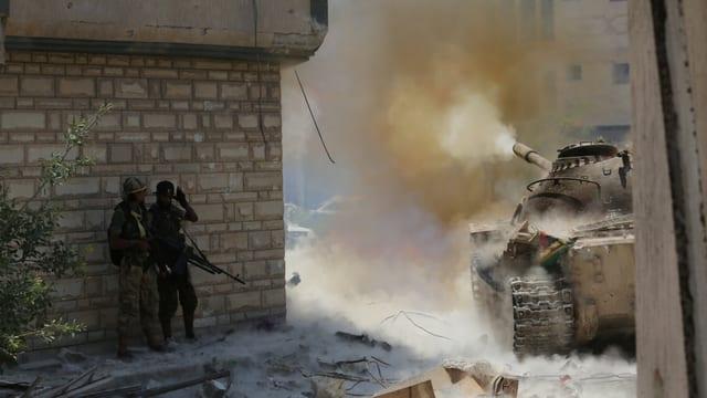 Ein Panzer der libyschen Armee feuert am 17. Juli 2017 in der Islamisten-Hochburg Bengasi ein Geschoss ab.