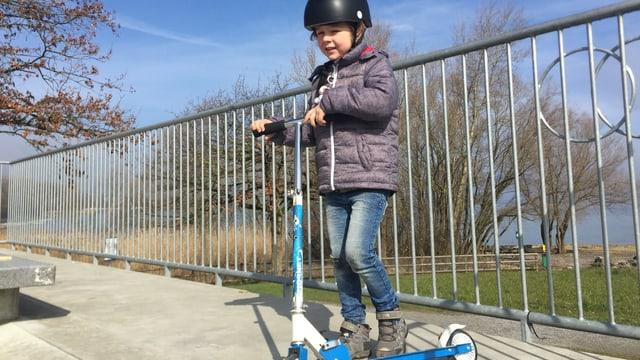 Junges Kind auf dem Skatepark
