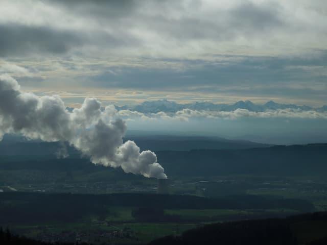 Wolken mit Dampffahne eines Atomkraftwerkes.