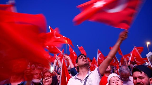 Menschen mit Türkei-Fahnen.