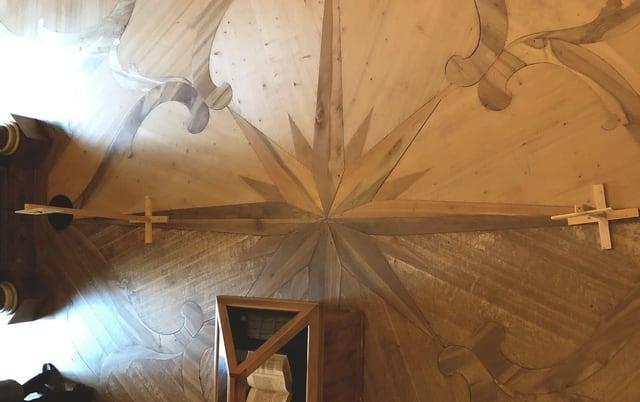 Blick in die Stiftsbibliothek, deren Boden gebürstet und poliert wird.