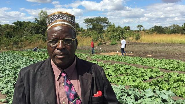 Bürgermeister Frank Pemba steht vor einem Feld