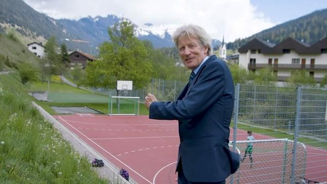 Il medi René Zellweger di en il video che far sport è saun ed ils uffants duain uschè savens sco pussaivel ir giuador.