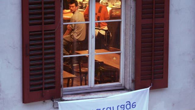 Aussenaufnahme durchs Fenster auf Bedienungspersonal im Solothurner «Kreuz»