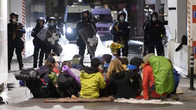 Aktivisten stehen vor der Polizei