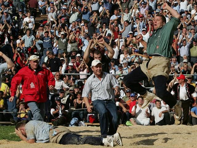 Martin Grab macht einen Luftsprung nach dem Sieg am Unspunnen-Schwinget 2006