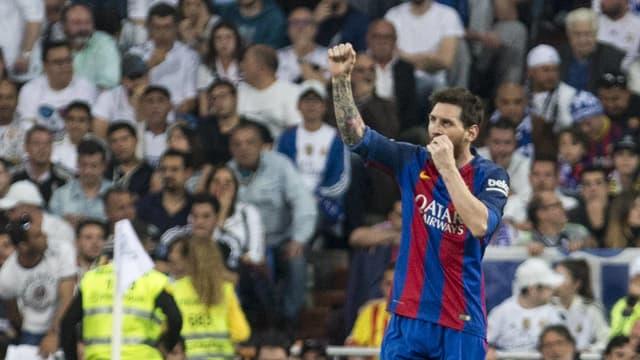 Lionel Messi ballt die rechte Faust Richtung Publikum.