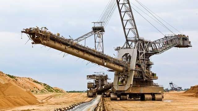 Ein riesiger Bagger beim Abbauen von Braunkohle.