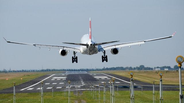 Ein Airbus 320 setzt zur Landung auf.