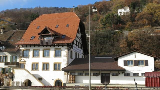 Grosses Haus mit Fensterfront und steinerner Aussentreppe.