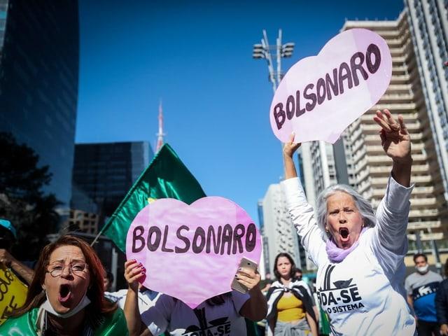 Demonstranten mit Bolsonaro-Schildern.
