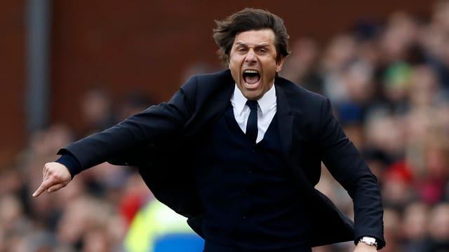 Chelseas Trainer Antonio Conte freut sich über den Sieg in Stoke.