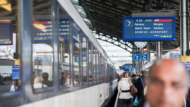 Gleis 7 des Bahnhofs Lausanne, ein Zug nach Genf steht bereit, Menschen stehen am Perronrand.