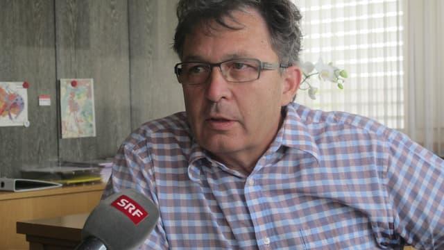 Markus Werder, Gemeindeammann Oberentfelden, mit Brille und im karierten Hemd.