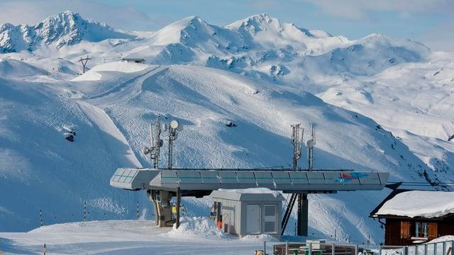 Bergstation des Sessels an einem schönen Wintertag.