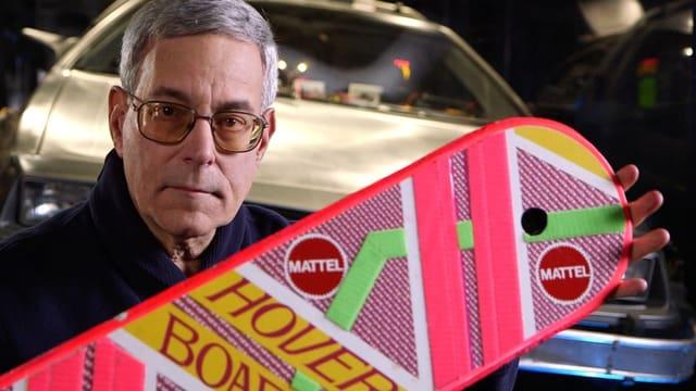 Bob Gale hält ein Hooverboard in die Kamera.