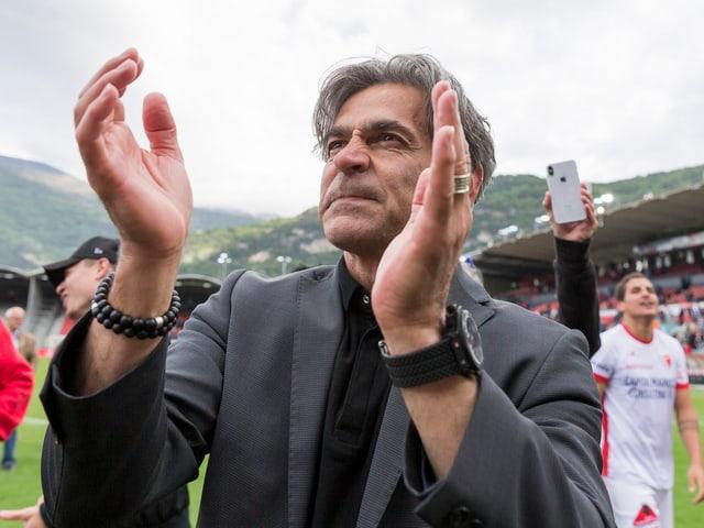 Maurizio Jacobacci klatscht in die Hände.