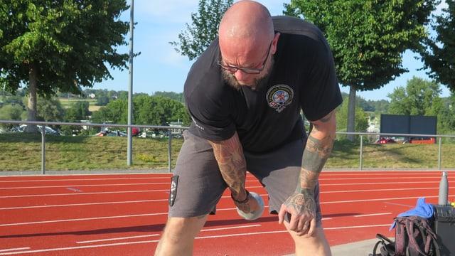 Ein Sportler trainiert die Diszipline Distance auf einem Sportplatz.