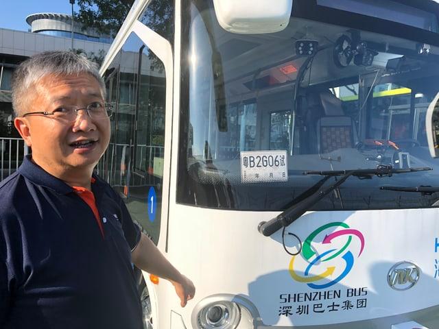 Haylion-Chef Hu Jianping vor und im selbstfahrenden Bus.