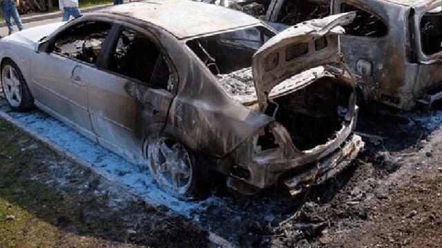 Zwei ausgebranntes Autowracks