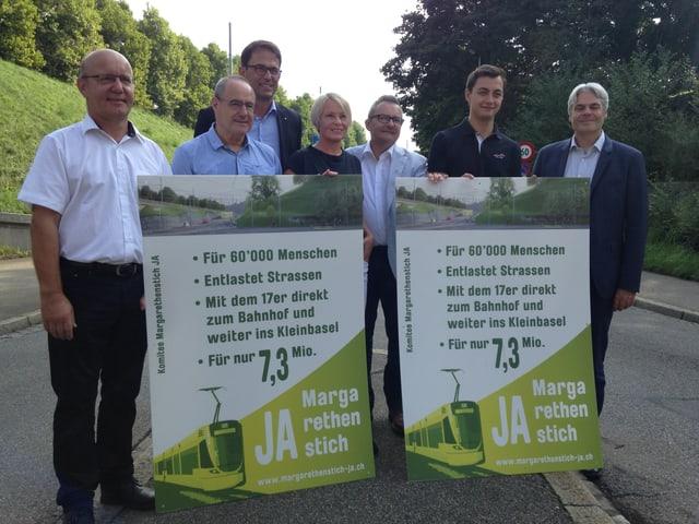 Pro-Komitee beim Margarethestich mit zwei Plakaten