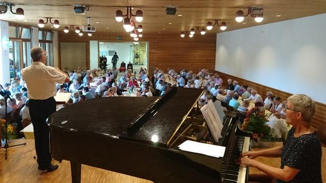 Roland Capeder dirigia e Lucretia Bärtsch accumpogna ils veterans durant il chant communabel.