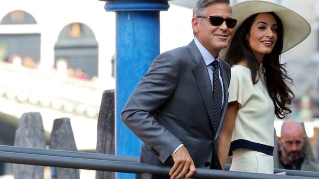 George Clooney und seine Frau machen sich auf den Weg zum Rathaus.