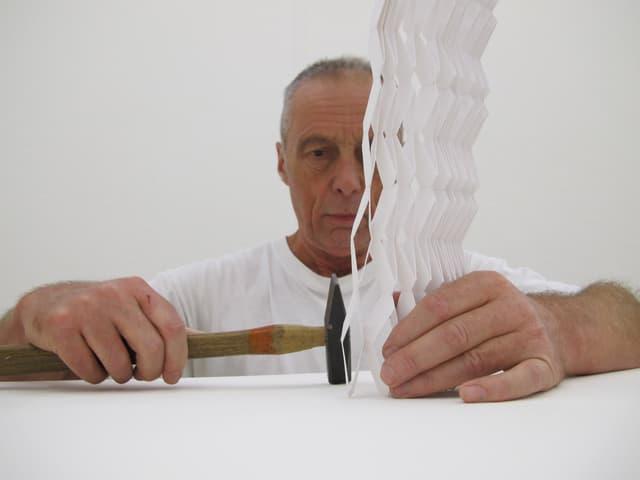 Künstler Ruedi Fluri mit Hammer