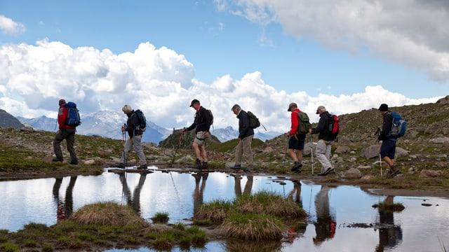 Eine Wandergruppe unterwegs in den Bergen.